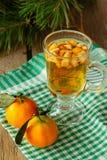 Bebida caliente del invierno con las frutas verticales Fotografía de archivo libre de regalías
