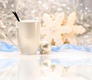Bebida caliente del invierno con las galletas de azúcar Imagen de archivo