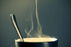 Bebida caliente en una taza fotografía de archivo