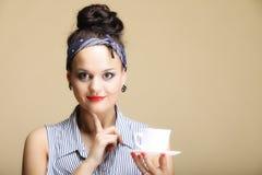Bebida caliente. Mujer que sostiene la taza del té o de café Imagen de archivo libre de regalías