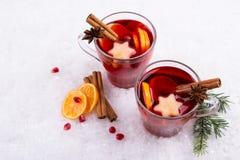 Bebida caliente tradicional en el tiempo de la Navidad La Navidad reflexionó sobre el vino rojo con las especias y las frutas Fotos de archivo libres de regalías