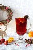 Bebida caliente tradicional en el tiempo de la Navidad La Navidad reflexionó sobre el vino rojo con las especias y las frutas Foto de archivo