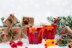 Bebida caliente tradicional en el tiempo de la Navidad La Navidad reflexionó sobre el vino rojo con las especias y las frutas Imagenes de archivo