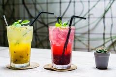Bebida chispeante colorida para su día de verano fotografía de archivo libre de regalías