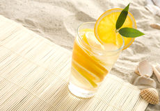 Bebida colorida na praia Imagens de Stock Royalty Free