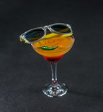 Bebida colorida, uma combinação de laranja vermelha, limão, vidro de martini Imagens de Stock Royalty Free