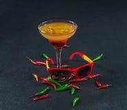 Bebida colorida, uma combinação de laranja vermelha, limão, vidro de martini Fotografia de Stock