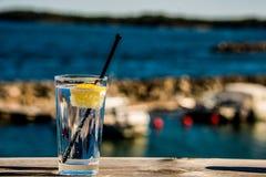 Bebida com o oceano foto de stock
