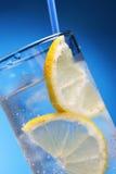Bebida con hielo y el limón Foto de archivo