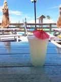 Bebida congelada fria deliciosa da limonada na praia Fotografia de Stock Royalty Free
