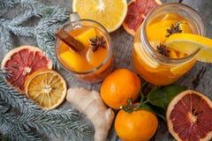 Bebida cura do gengibre do inverno com limão, mel e laranjas Foto de Stock Royalty Free