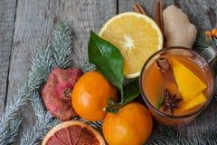 Bebida curativa del jengibre del invierno con el limón, la miel y las naranjas Foto de archivo libre de regalías