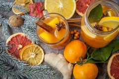 Bebida curativa del jengibre del invierno con el limón, la miel y las naranjas Imagen de archivo