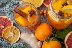 Bebida curativa del jengibre del invierno con el limón, la miel y las naranjas Fotografía de archivo