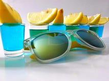 Bebida da bebida dos tiros do limão dos óculos de sol Fotografia de Stock