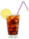 Bebida da cola com cubos de gelo e cal cortado em um vidro de highball Fotografia de Stock