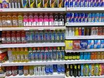A bebida da energia, água da vitamina, Red Bull enlata no supermercado imagem de stock