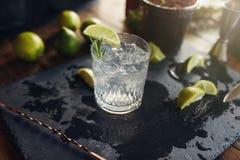 A bebida da gim e do tônico serviu na placa preta Imagens de Stock Royalty Free