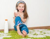 Bebida da menina o leite imagens de stock royalty free