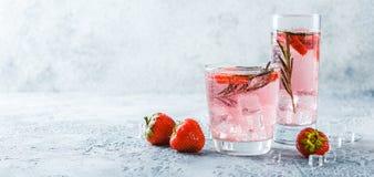 Bebida da morango e dos alecrins fotografia de stock royalty free