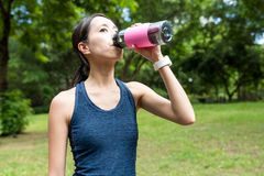 Bebida da mulher do esporte da água fotografia de stock