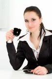 Bebida da mulher em um terno de negócio preto Imagens de Stock