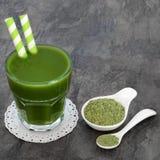 Bebida da saúde da grama do trigo imagem de stock royalty free