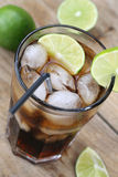 Bebida da soda da cola com cubos de gelo Imagens de Stock
