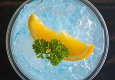 Bebida da soda italiana azul fim do centro de Flatlay e do fruto e da salsa frios do limão acima imagem de stock royalty free