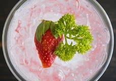 Bebida da soda italiana vermelha fim de Flatlay e do fruto e da salsa frios da morango acima do centro fotos de stock