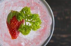 Bebida da soda italiana vermelha metade 2 de Flatlay e do fruto e da salsa frios da morango foto de stock