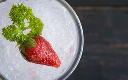 Bebida da soda italiana vermelha metade de Flatlay e do fruto e da salsa frios da morango fotografia de stock
