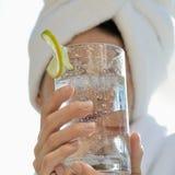 Bebida da terra arrendada da mulher. imagem de stock royalty free