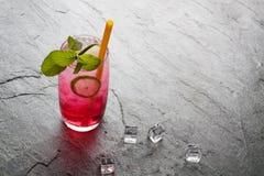 Bebida de cal sodada roja con la cal Fotografía de archivo libre de regalías