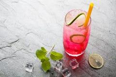 Bebida de cal sodada roja con la cal Imagen de archivo libre de regalías