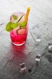Bebida de cal sodada roja con la cal Fotografía de archivo