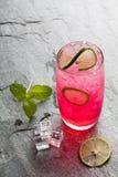 Bebida de cal sodada roja con la cal Foto de archivo