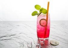 Bebida de cal sodada roja con la cal Fotos de archivo