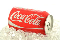 Bebida de Coca-Cola em uma lata no gelo isolado no fundo branco Fotografia de Stock Royalty Free