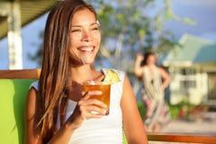 Bebida de consumición de Mai Tai del alcohol de la mujer en Hawaii Fotografía de archivo libre de regalías