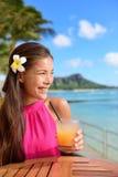 Bebida de consumición del alcohol de la mujer del cóctel en la barra de la playa Foto de archivo