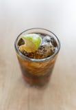 Bebida de Cuba Libre na tabela de madeira Imagens de Stock Royalty Free