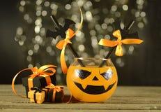 Bebida de Halloween con los regalos imagen de archivo