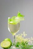 Bebida de Hugo Champagne con el jarabe, la menta y la cal del elderflower Imagen de archivo libre de regalías