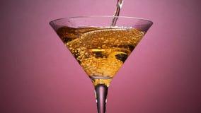 Bebida de Jet Of Champagne Of Carbonated ou um cocktail alcoólico vídeos de arquivo
