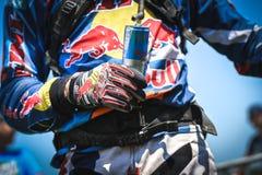 Bebida de la energía de Red Bull en las manos de un jinete Imagen de archivo
