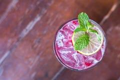 Bebida de la frambuesa con el hielo servido en la tabla foto de archivo