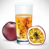 Bebida de la fruta de pasión con la fruta y la rebanada Foto de archivo