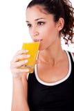 Bebida de la muchacha de la aptitud un jugo fresco Imagen de archivo libre de regalías