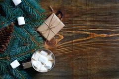Bebida de la Navidad Asalte el café caliente con la melcocha en el fondo de madera Año Nuevo Imagenes de archivo